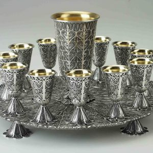 גביע כסף עם 12 כוסיות